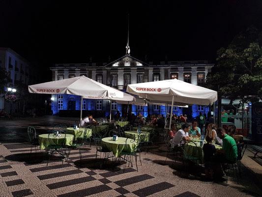 Abends zum Wein auf der Praça Velha, im Hintergrund das Rathaus