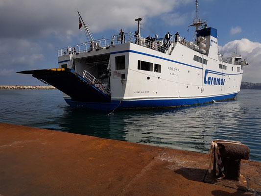 Unsere Fähre nach Ischia im Hafen von Marina Grande auf Procida