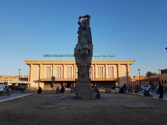 Bahnhof von Assuan mit Eisenbahnverbindung nach Kairo (Nachtzug: 13 Stunden für 980 km)