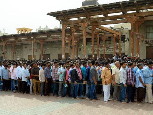 Hindus vor dem Shiva-Tempel