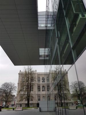 RWTH Aachen, SuperC, Service-Zentrum, und Hauptgebäude (im Hintergrund)