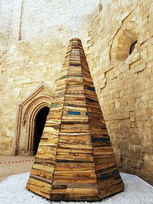 Innenhof mit Portal. Moataz Nasr: Minarett. Holz, Eisen, Kristall, 2016