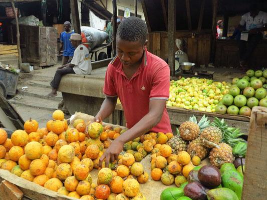 Obststand auf dem Darajani-Markt