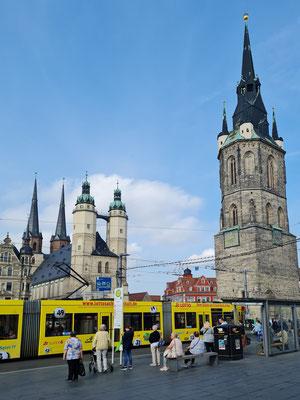 """Halle (Saale), Marktkirche Unser lieben Frau (links) und Roter Turm (rechts). Die Marktkirche und der Rote Turm bilden zusammen das Wahrzeichen der """"Fünf Türme""""."""
