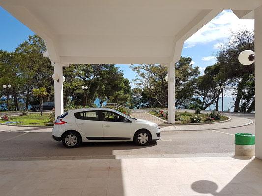Eingang mit Zufahrt zum Hotel Albatros