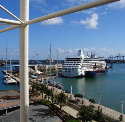 Las Palmas, Kreuzfahrtschiff an der Muelle de Santa Catalina, Blick vom oberen Stockwerk des Erlebnis- und Einkaufszentrums El Muelle