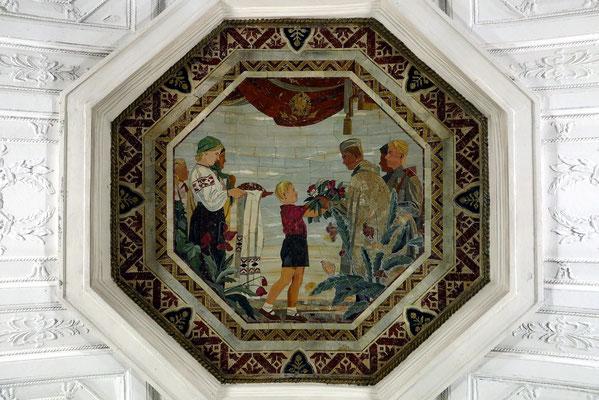 Belorusskaja, Deckenmosaik in der Bahnsteighalle, Bilder im Stil des florentinischen Mosaiks (Natursteine in  ihren natürlichen Farbtönen)