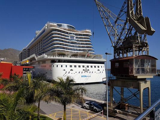 Kreuzfahrtschiff AidaNova im Hafen von Santa Cruz de Tenerife, alter Verladekran