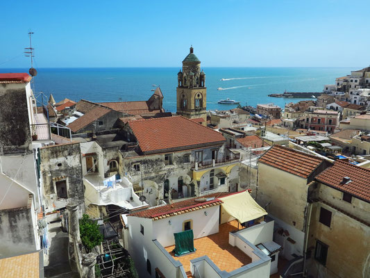 Blick vom Dach meines Hotels Casa MAO auf Amalfi und das Meer