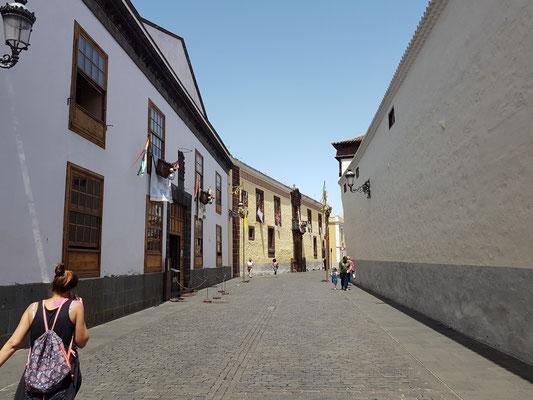 La Laguna, Calle Obispo Rey Redondo mit alten Palästen, links die Casa La Alhondiga, 18. Jahrhundert