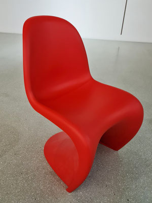 1960 entwarf Verner Panton den Panton Chair, die Serienproduktion begann 1967/68.