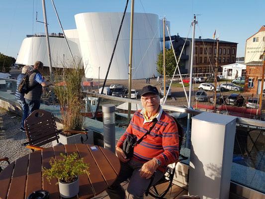 Auf der Terrasse des Fritz Braugasthauses, Blick auf das Ozeaneum