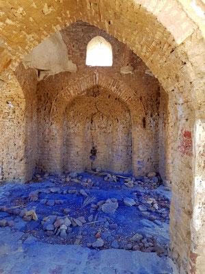 Fatimidischer Friedhof, das Innere eines Mausoleums. Gräber mit blauer oder grüner Farbe sind Gräber der Imane/Sheiks