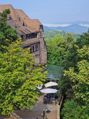 Blick von der Wartburg auf das Romantik Hotel und die umliegenden Wälder