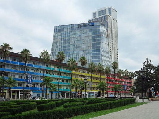 Bebauung aus sowjetischer Zeit an der Rustaveli Ave, dahinter das Hochhaus mit Radisson Blue Hotel und Apartmenthaus Porta Batumi Tower