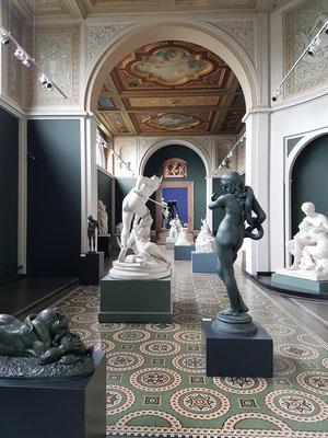 Raum mit Skulpturen von Gautherin, Marqueste u.a.