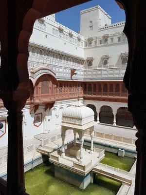 Blick auf den Innenhof mit Teich (weißer Carrara-Marmor) für öffentliche Audienzen