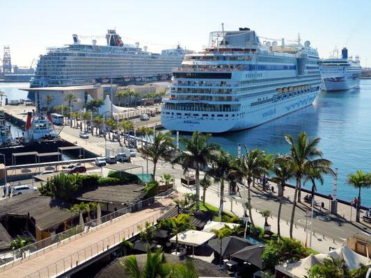 Las Palmas, Blick vom oberen Stockwerk des Centro Comercial El Muelle auf den Hafen mit dem Kreuzfahrt-Terminal