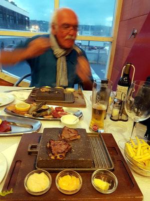 Im Restaurante Canto da Doca mit eigener Zubereitung auf dem heißen Stein