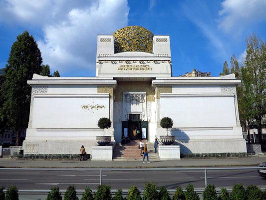 Das Ausstellungsgebäude der Wiener Secession wurde 1897/98 von Joseph Maria Olbrich als Ausstellungsgebäude für zeitgenössische Kunst errichtet. Baustil: Jugendstil