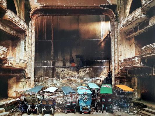 Teatro Campoamor, Blick vom Balkon auf die Bühne (Foto von Andrew Moore von 1999, im Bildband Cuba, 2012, S. 99)