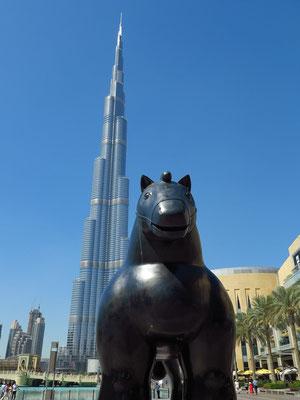 """Botero-Statue """"Pferd 2007"""" vor der Dubai Mall"""