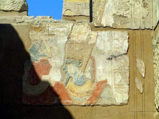 Elephantine, im Satis-Tempel: Pharao Thutmosis III. mit dem Sonnengott Amun-Re (auch Amun-Ra)