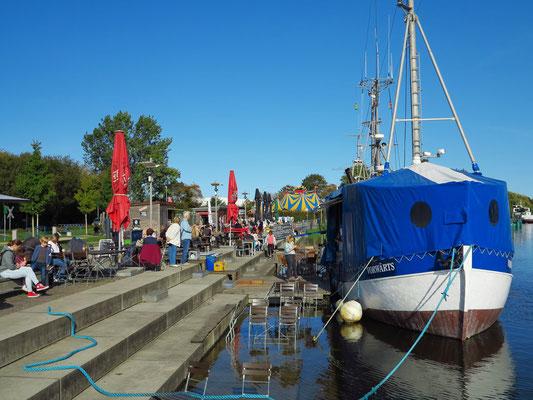 Verkauf von Fischbrötchen im alten Stadthafen