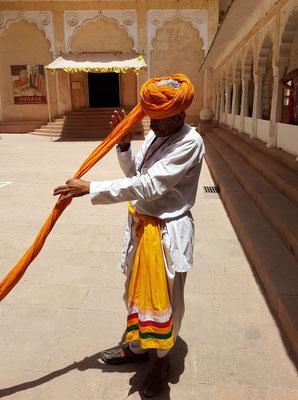 Der Turban wird aus einem 9 Meter langen Stoffstreifen gewickelt.