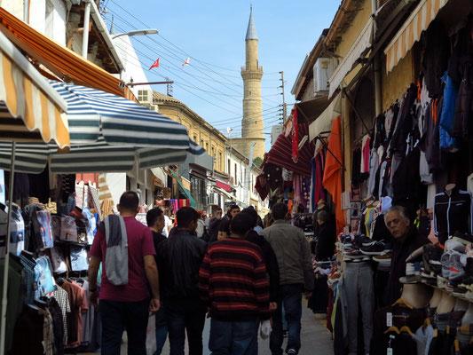 Arasta SK im nördlichen Teil der Altstadt, Blick auf eines der beiden Minarette der Selimije-Moschee