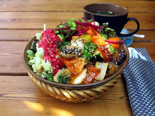 Im Vegan House: Vegan Bowl (gedämpfte Udon Nudeln mit Tofu, Sojabohnen, Saisongemüse, Röstzwiebeln mit einer herzhaften Sojasauce und seidiger Tofu, ummantelt von knusprigem grünen Reis)