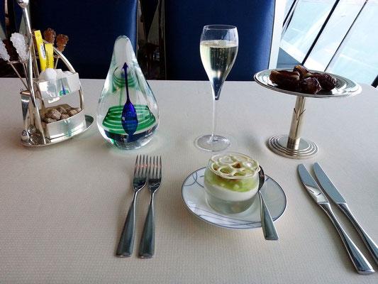 """...dazu ein Glas Champagner """"Louis Roederer Brut N/V"""", serviert mit White Chocolate """"Petit Pot""""..."""