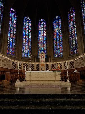 Kathedrale unserer lieben Frau (Cathédrale Notre-Dame), Altar und Chorraum