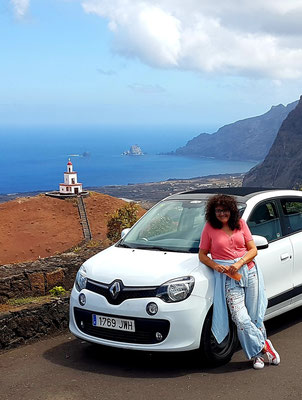 Sabine an unserem Mietauto Renault Twingo
