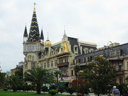 Repräsentatives Gebäude in der Memed Abashidze Ave mit astronomischer Uhr