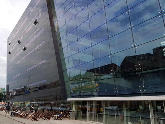 """Königliche Bibliothek """"Den Sorte Diamant"""". Blick auf die schwarze, sich neigende Fassade aus poliertem Granit"""