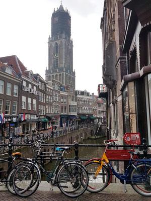 Utrecht, Blick von der Oudegracht nach Süden auf den höchsten Kirchturm der Niederlande (112 m)