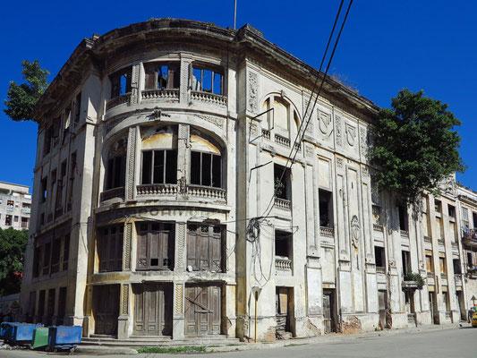 Außenansicht der Ruine des Teatro Campoamor