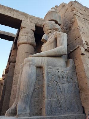 Linke Sitzfigur des Pharao Ramses II. in der Säulenhalle