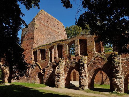 Klosterruine Eldena, Blick nach NO zum ehemaligen Kapitelsaal, Kreuzgang und Sakristei (heute Freilichtbühne)