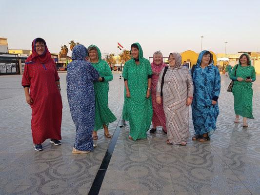 Frauen, welche die Moschee besuchen wollen, erhalten eine Djellaba ausgeliehen.