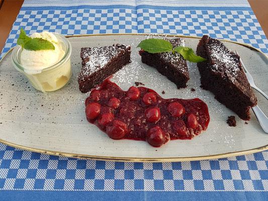 Lauwarmer Schokoladen-Porter-Brownie mit eingeweckten Gewürzkirschen und Vanilleeis