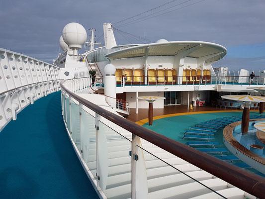 Blick vom Deck 12 auf das Pooldeck (Außendeck/Sonnendeck 11) und Vorschiff