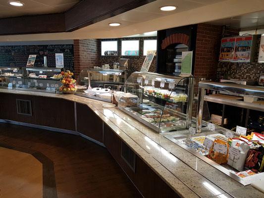 """Rund um die Uhr geöffnet: die Cafeteria """"Bake and Coffee"""" auf Deck 6"""