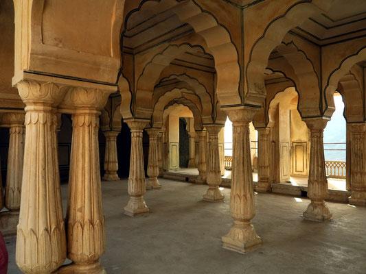 Benachbarte Säulenhalle ohne Schmuckelemente