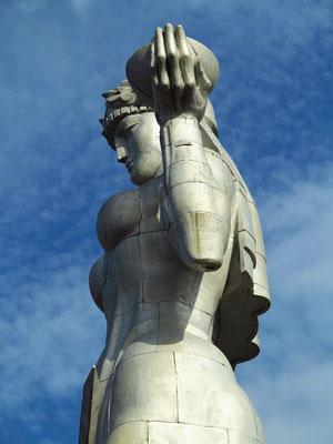 Kartlis Deda, in der rechten Hand das Schwert gegen den Feind, in der linken Hand eine Schale mit Wein für den Freund und Gast