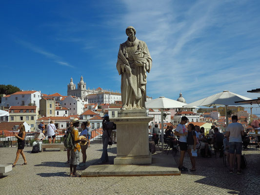 Blick aus der historischen Tram 28 auf Miradouro das Portas do Sol (Alfama)