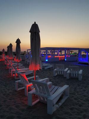Strandpavillon von Schusters Strandbar nach Sonnenuntergang