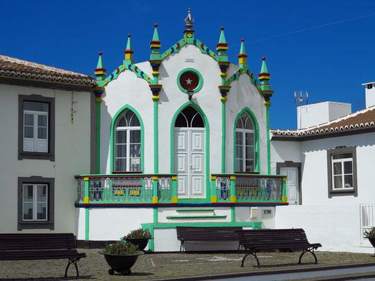 Serreta, eine der vielen bunten Heiliggeistkapellen