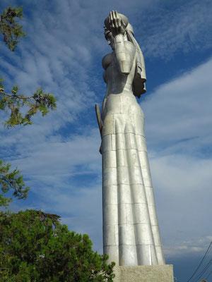 """Kartlis Deda, die """"Mutter Georgiens"""", eine 20 Meter hohe Aluminiumstatue, 1958 anlässlich des 1500-jährigen Stadtjubiläums eingeweiht"""